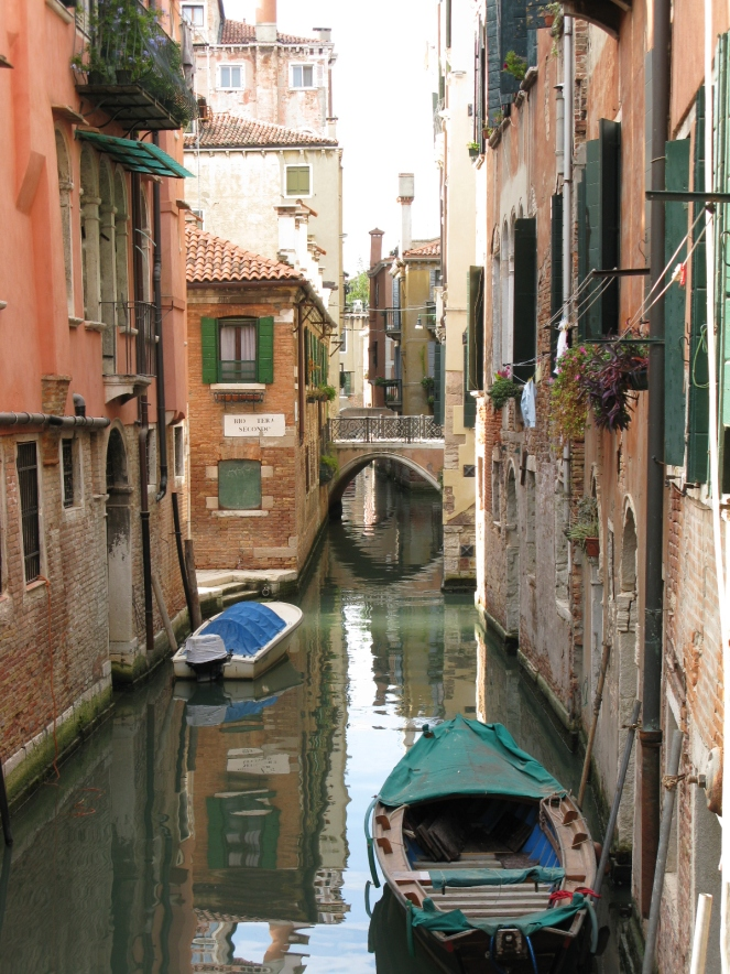 A quiet canal in San Polo on Sunday morning